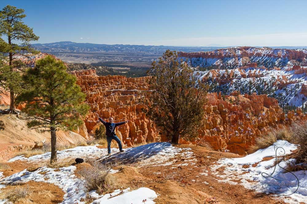 Aaron triumphant at the rim of Bryce Canyon | LotsaSmiles Photography